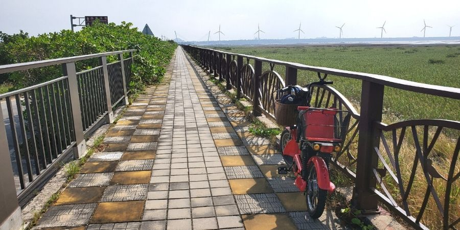 Follow the cycling route along the coast in Gaomei Wetlands.