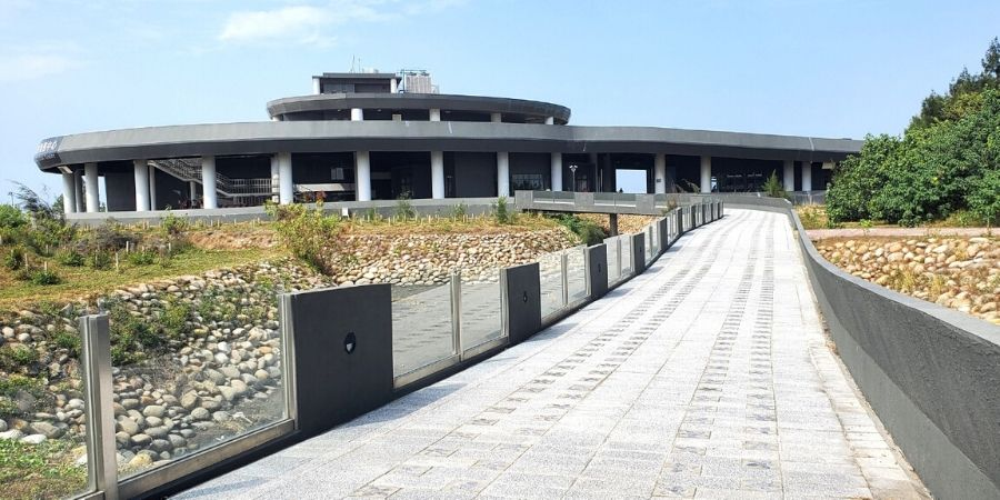 The Gaomei Wetlands visitor centre has an information counter, a restaurant and a bike rental nearby.