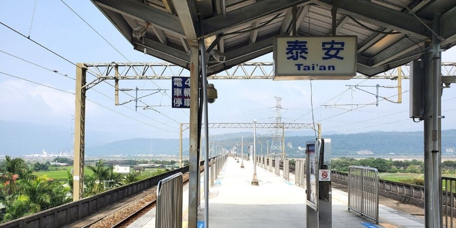The easiest way to Zhongshe Flower Farm is to take the train to Tai'an Station then walk or take a taxi.