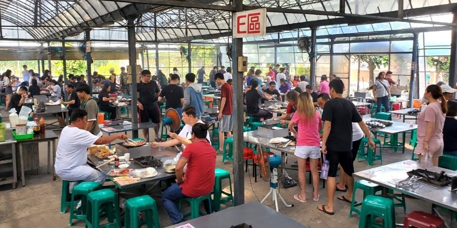 There are several barbecue zones to accommodate up to 800 people at a time.
