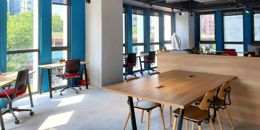 The modern open workstations on the third floor of Kafnu Taipei.