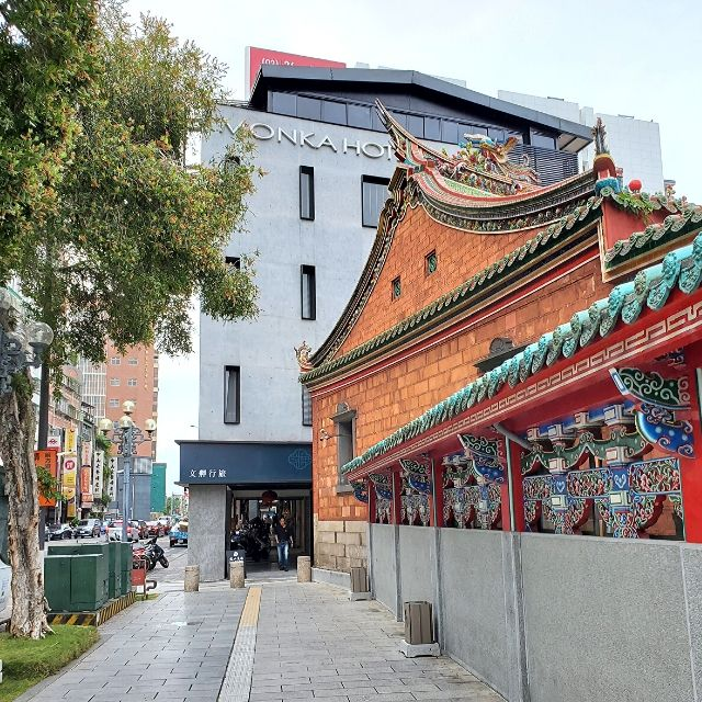 Monka Hotel is right next to Lungshan Temple in Wanhua Distrist in Taipei, Taiwan.