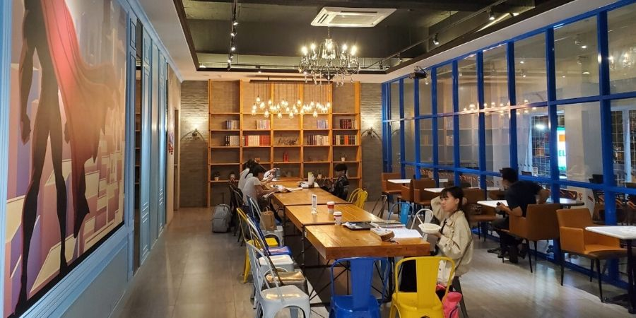 In Chiayi, the sitting area at 7-Eleven looks like a restaurant!