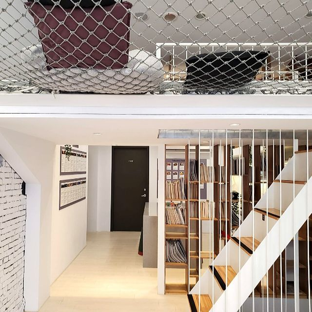 Meander 1948 Hostel has a spacious common area including a kitchenette, outdoor patio and a hammock-style net bed.