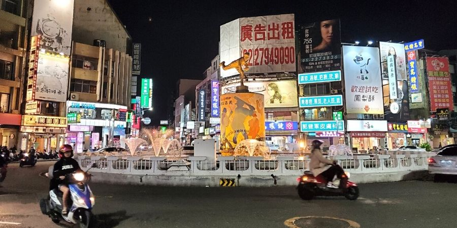 The two main streets in Chiayi, Zhongshan Road and Wenhua Road, intersect at the Central Fountain.