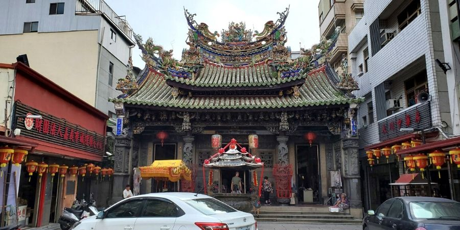 Cheng Huang Temple is situated within the city center and right next to the East Market.