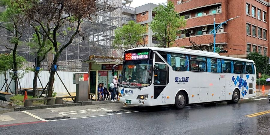Bus 1062 begins in Taipei, stops at TRA Ruifang Station and Jiufen Old Street bus stop.