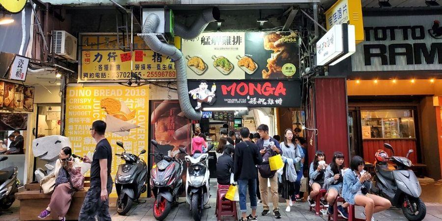 艋舺ㄟ雞排 (Monga Fried Chicken) is very popular, and the queue is longer at night.