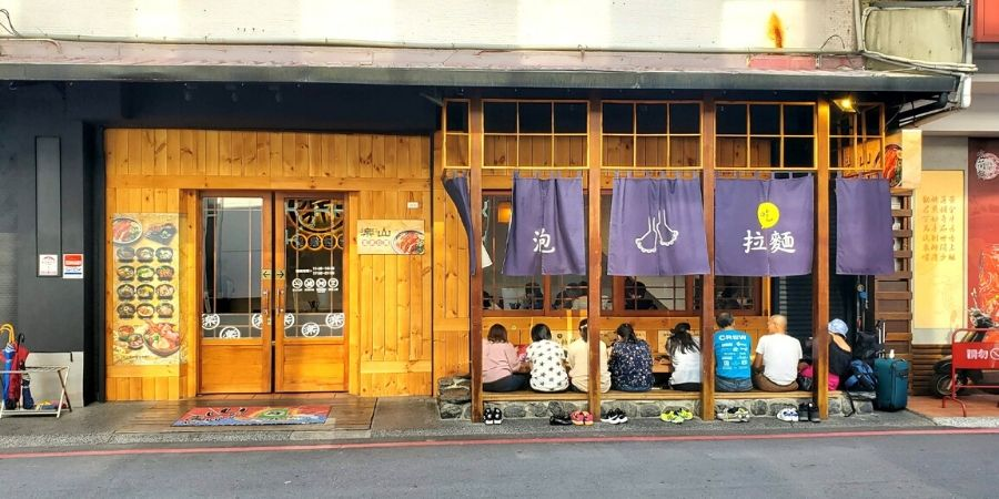 Soak your feet and eat hot spring ramen at the same time