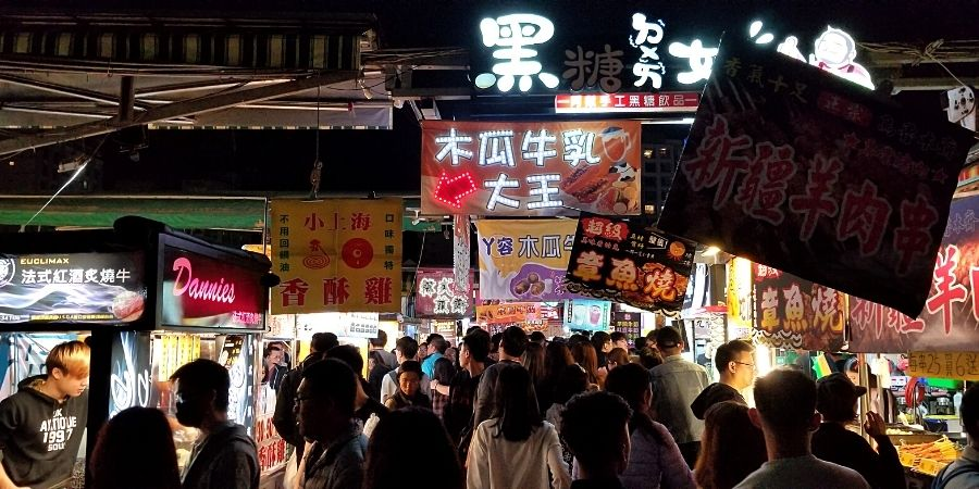 Weekend crowds at Rueifong Night Market