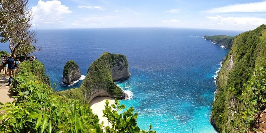 Learn how to explore Nusa Penida as a day trip on your own with a scooter with my solo guide
